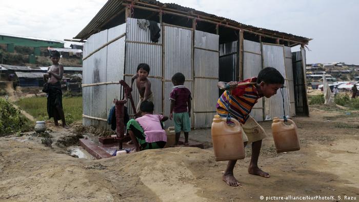یک نمونه: در سال ۲۰۱۷ صدها هزار تن از قوم روهینگیا مجبور به فرار از میانمار و پناهندگی به بنگلادش و سکنی گزیدن در خانههای موقت و اضطراری شدند. کودکان باید در اینجا برای حمایت از خانواده گاه کارهایی بسیار سخت انجام دهند.