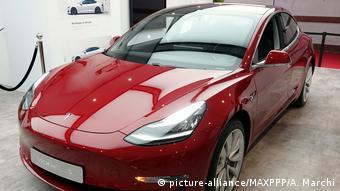 Frankreich Paris Tesla Model 3