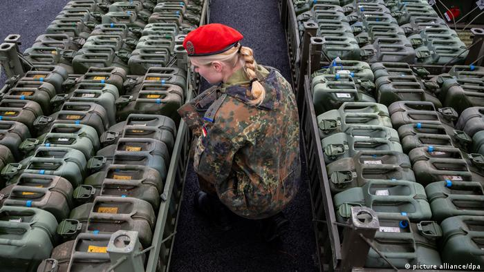 A German soldier inspects cannisters ahead of NATO's Trident Juncture exercise in Norway (picture-alliance/dpa/M. Assanimoghaddam)