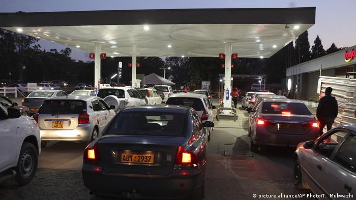 Longa fila de carros diante de posto de abastecimento no Zimbábue