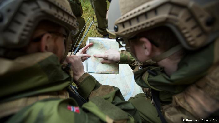 Two Norwegian soldiers inspect a map during an October 2015 exercise (Forsvaret/Anette Ask)