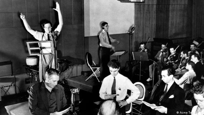 Orson Welles şi colegii săi în studioul de radio (Acme Telephoto)