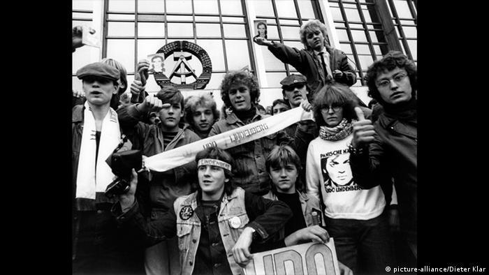 Fans waiting for Udo Lindenberg concert in East Berlin (picture-alliance/Dieter Klar)