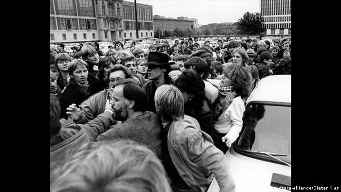 Fans assembled for the Udo Lindenberg concert in East Berlin (picture-alliance/Dieter Klar)