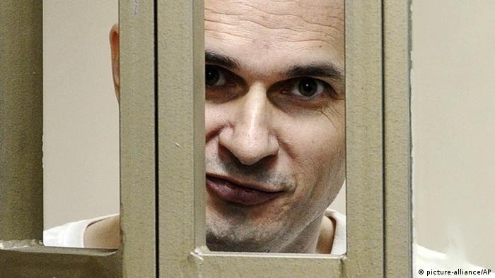 Лицо Олега Сенцова за решеткой
