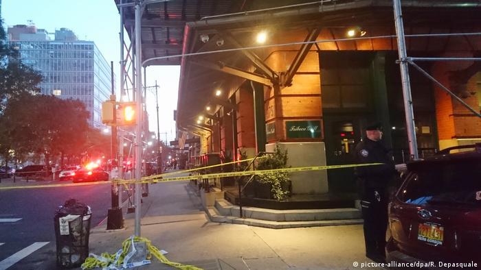Closed-off area outside De Niro's restaurant in New York (picture-alliance/dpa/R. Depasquale)