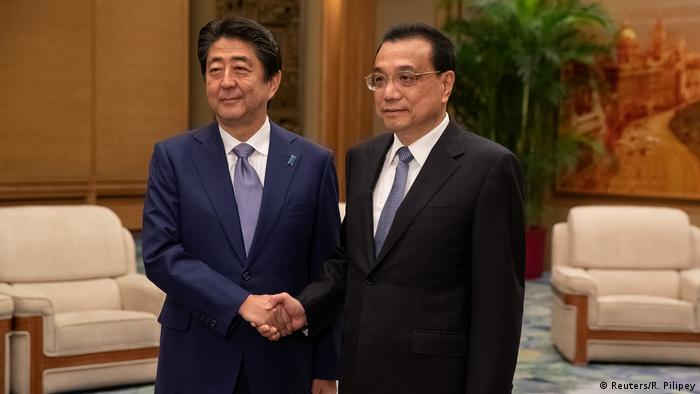 Japanese PM Abe and his Chinese counterpart Li Keqiang meet in Beijing (Reuters/R. Pilipey)