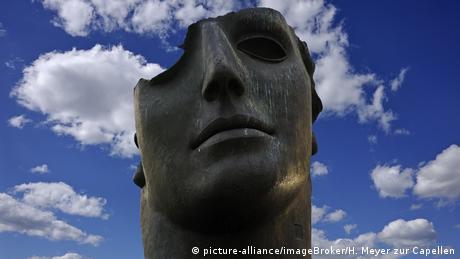 Der Kopf einer Statue vor Wolken (picture-alliance/imageBroker/H. Meyer zur Capellen)