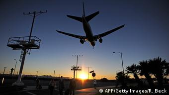 Посадка самолета в аэропорту Лос-Анджелеса на закате