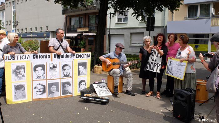 Deutschland Kundgebung vor dem Haus von Hartmut Hopp in Krefeld