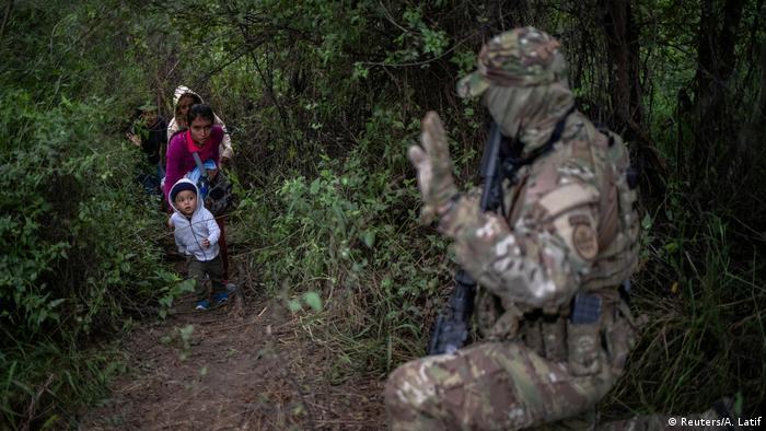 Einwanderer an der US-Südgrenze begegnen einem Agenten der U.S. Border Patrol Tactical Unit