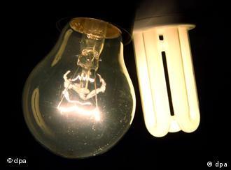 Eine Glühbirne, daneben eine Energiesparlampe.