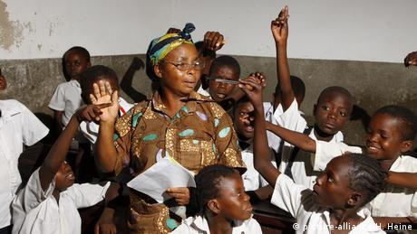 Symbolbild: Schule im Kongo (picture-alliance/H. Heine)