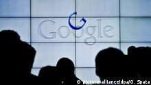 Leute vor dem Logo des Internet Konzerns Google fotografiert am 20.05.2013 auf dem Google Campus im Silicon Valley. Foto: Ole Spata/dpa | Verwendung weltweit