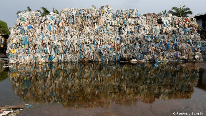 Мусор на нелегальной фабрике по переработке пластика в Малайзии