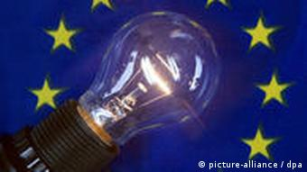 Eine leuchtende Glühbirne auf einer Europafahne (Foto: dpa)