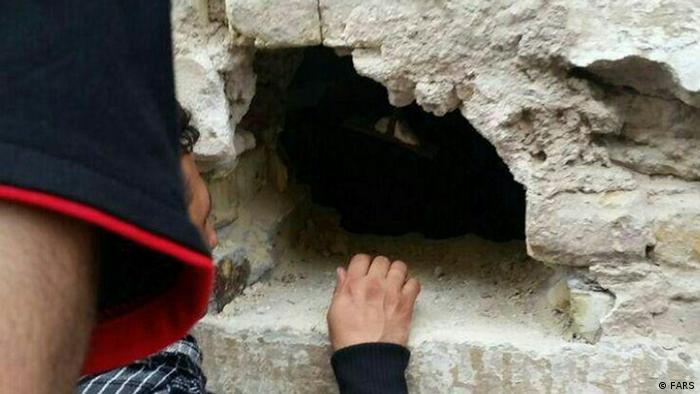 در یکی از مکانهای اختصاص داده شده در شهر نجف برای تأمین ارز زائران ایرانی، آنان دینار خود را از سوراخهای تعبیه شده در یک دیوار دریافت میکنند
