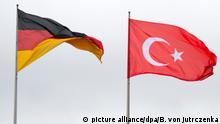 ARCHIV - 12.01.2015, Berlin: ARCHIV - Die Flaggen von Deutschlands und der Türkei wehen vor dem Bundeskanzleramt. (zu dpa «Zweiter Gerichtstermin in der Türkei für Patrick K. aus Gießen» vom 25.10.2018) Foto: Bernd von Jutrczenka/dpa +++ dpa-Bildfunk +++ | Verwendung weltweit