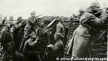 Geschichte / Erster Weltkrieg 1914-1918. - Stellungskrieg: Österreichische Infanterie im Schützengraben. - Foto, undat.