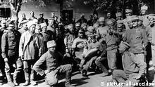 Russische Kriegsgefangene in einem Sammellager in Galizien (undatiert). Ausgelöst durch die tödlichen Schüße auf den österreichischen Thronfolger Franz Ferdinand durch serbische Nationalisten am 28. Juni 1914 in Sarajevo brach im August 1914 der große Krieg (später als 1. Weltkrieg bezeichnet) aus.