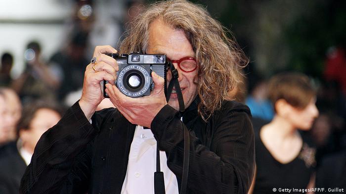 Der Regisseur Wim Wenders mit Kamera in der Hand - hier in Cannes.