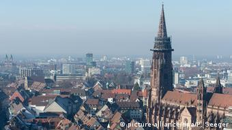 Freiburg city rooftops seen from above (picture-alliance/dpa/P. Seeger)