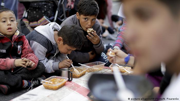 Argentinien Buenos Aires Suppenküche für Kinder (picture-alliance/AP Photo/N. Pisarenko)