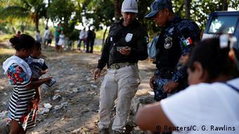 Autoridades mexicanas revisan la documentación de una mujer que viaja con su hijo.
