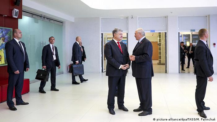 Петр Порошенко и Александр Лукашенко во время форума в Гомеле 26 октября 2018 года
