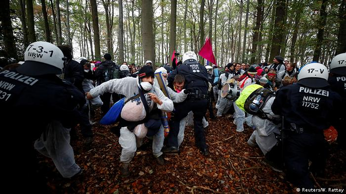 Protester clash with police at Hambach Forest (Reuters/W. Rattay)