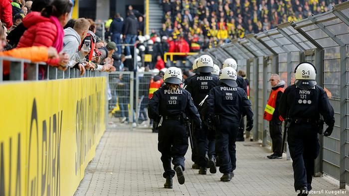 Fussball Bundesliga 9. Spieltag l Dortmund vs Hertha – 1:1 - Ausschreitungen (Reuters/l Kuegeler)