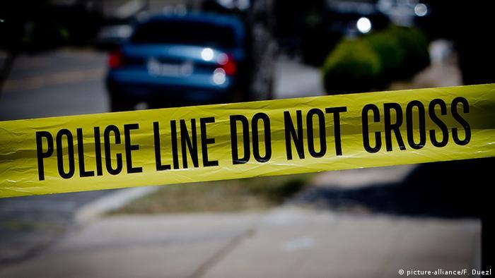 Автомобиль и полицейское оцепление в США