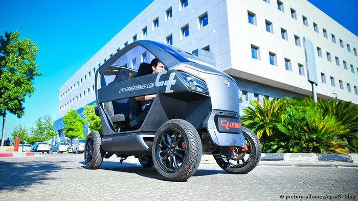 یک استارتاپ اسرائیلی این خودروی برقی را برای سهولت پارک در شهرها ساخته است. این وسیله دو نفره میتواند با فشار یک دکمه، کوتاه و فشرده شود و به صورت یک موتورسیکلت در بیاید. سرعت آن تا ۹۰ کیلومتر در ساعت میرسد و با شارژ کامل باتری میتوان با آن تا ۱۵۰ کیلومتر رانندگی کرد.
