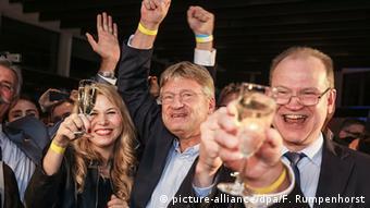 Так Йорг Мойтен (в центре) с женой и единомышленниками праздновал успех на выборах в Гессене