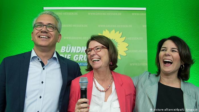 Deutschland - Landtagswahl Hessen - Reaktion Bündnis90/Die Grünen - Tarek Al-Wazir, Priska Hinz, Annalena Baerbock (picture-alliance/dpa/U. Anspach)