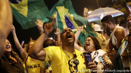 Eleitores comemoram vitória de Jair Bolsonaro