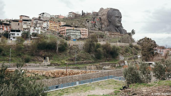 An artificial rock sculpture of Ataturk on the side of a hill in Boca, Izmir, western Turkey (DW/B. Secker)