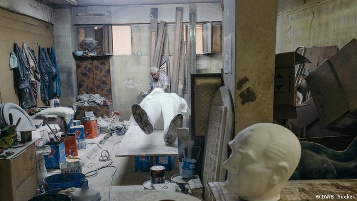 A sculptor cleans a freshly moulded statue of Ataturk (DW/B. Secker)