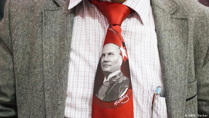 Atatürk's portrait is stitched into the tie of a man (DW/B. Secker)