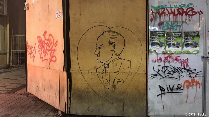 A drawing of Mustafa Kemal Atatürk on restoration hoarding in Istanbul (DW/B. Secker)