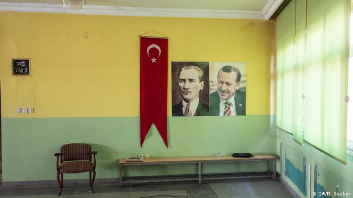 A portrait of Ataturk (L) and Turkish President Erdogan (R) hang next to a Turkish flag (DW/B. Secker)