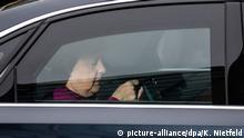 29.10.2018, Berlin: Angela Merkel, Bundeskanzlerin und Vorsitzende der CDU, kommt zu den Gremiensitzungen der Partei zum Ausgang der Landtagswahl in Hessen in die CDU-Parteizentrale in einer gepanzerten Limousine. Foto: Kay Nietfeld/dpa +++ dpa-Bildfunk +++   Verwendung weltweit