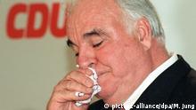 Der amtierende Bundeskanzler Helmut Kohl schneuzt sich während der Pressekonferenz am Dienstag (06.10.1998) im Bonner Adenauerhaus die Nase. Kohl informierte die Journalisten über die Ergebnisse der CDU-Bundesvorstandssitzung, in der über die Zusammensetzung der künftigen Führungsmannschaft beraten wurde. dpa |