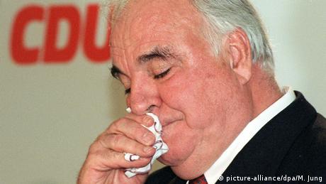 Altkanzöer Helmut Kohl wischt sich mit einem Taschentuch die Nase