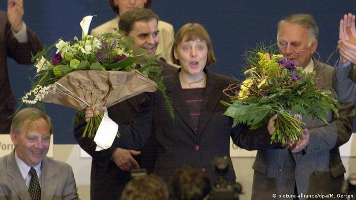 Ангела Меркель в двумя букетами цветов на съезде ХДС в апреле 2000 года