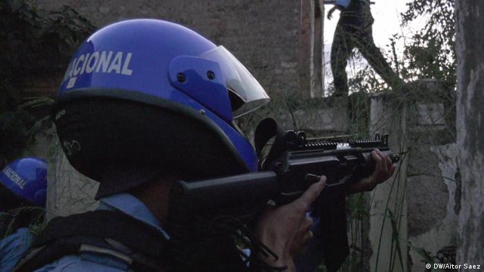 Policía apunta con un arma (DW/Aitor Saez)