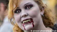 Mujer disfrazada de vampiro con lentes de contacto de fantasía.