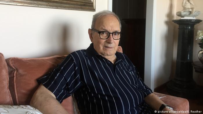 Ennio Morricone sitzt zuhause auf dem Sofa