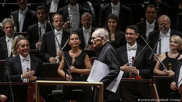 Ennio Morricone geht am Orchester vorbei (picture-alliance/dpa/F. Frustaci)