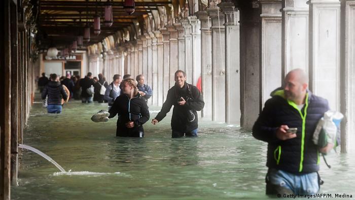 Turistas con el agua a la cintura en Venecia.